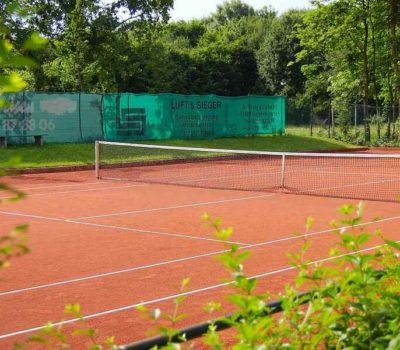 What types of tennis courts are there?