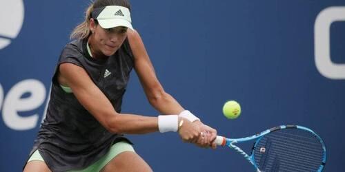 garbiñe jugando a tenis con babolat