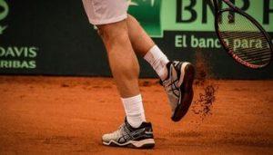 Hombre con zapatos de tenis asics
