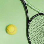 lanzapelotas de tenis en raqueta