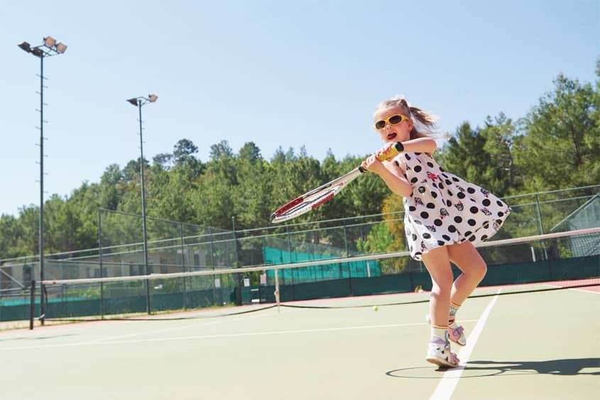 raquetas de tenis para niños, niña sosteniendo raqueta
