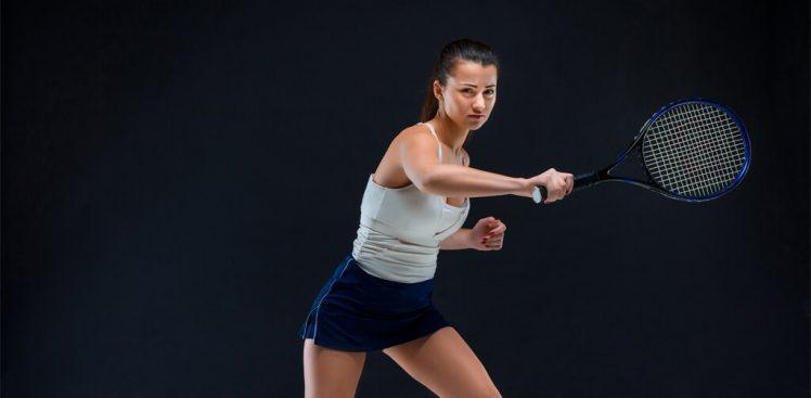 mujer jugando con raquetas de tenis de competición
